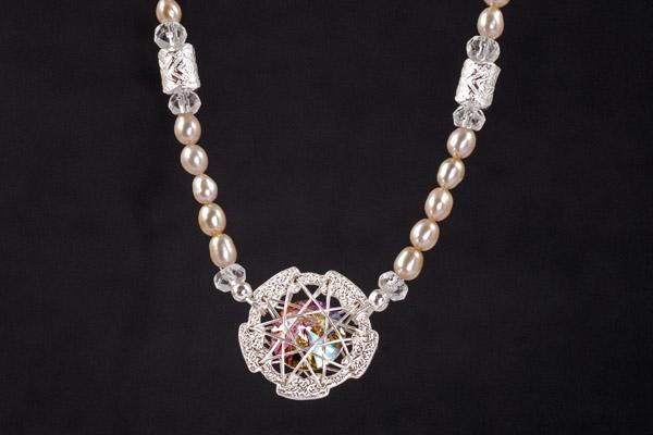 Ein Swarovski-Multicolor-Element sorgt für Glanz in dieser wunderschönen Perlenkette